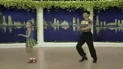 视频流行舞教学跺步,趾肚节拍右转一周(组合六)